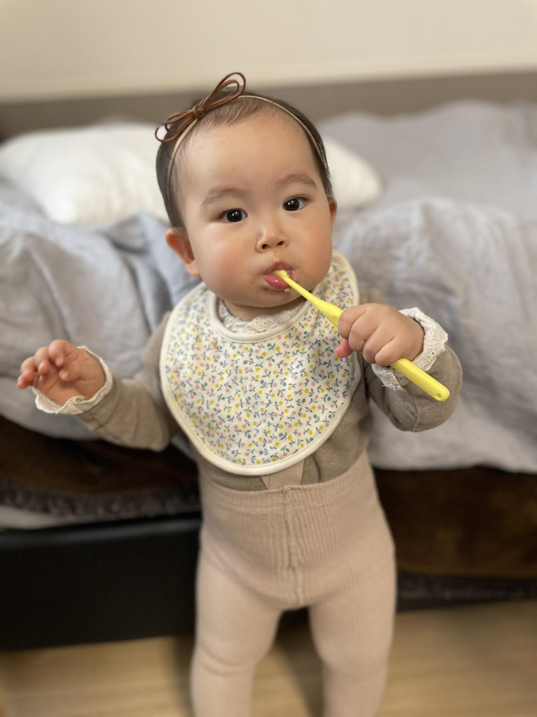 歯磨きしている娘