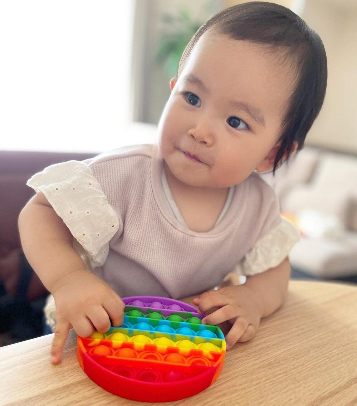 知育玩具で遊ぶ娘