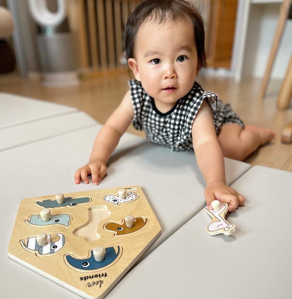 パズル遊びする娘